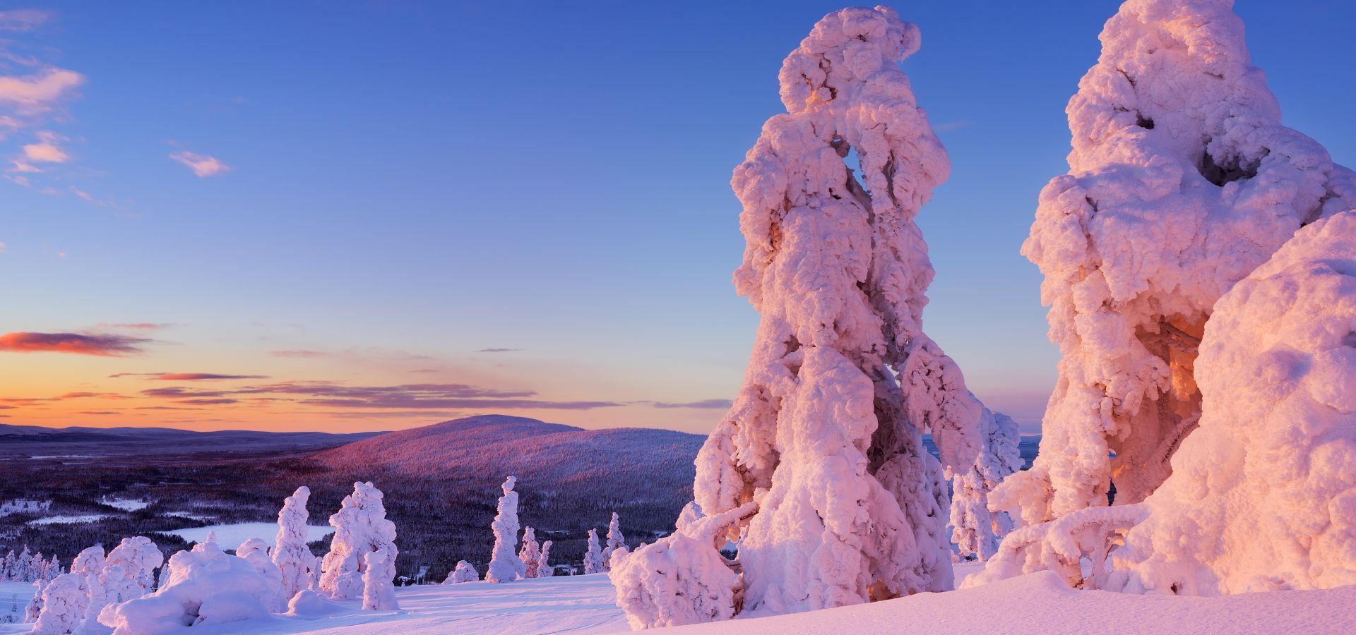 Värikäs auringonnousu lumisessa maisemassa levitunturilla